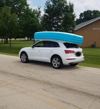 Arrestada por llevar a sus hijos en una piscina inflable encima del auto