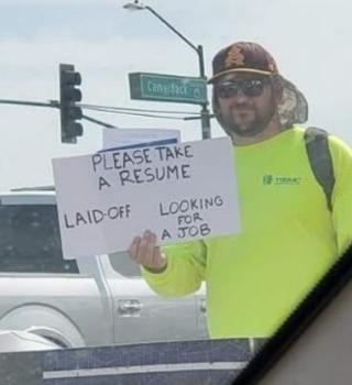 Hombre entregó copias de su currículum en la carretera y se hizo viral