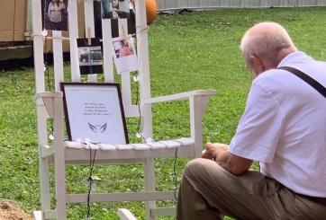 Abuelo cenó frente al altar de su difunta esposa en boda de su nieta