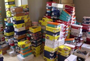 Mujer compra cientos de pares de zapatos en Payless para donar a niños