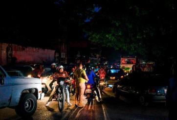 Tras 7 horas de apagón Venezuela vuelve a iluminarse poco a poco