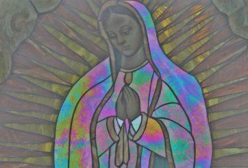 FOTO: Pintan figuras de la Virgen con colores LGBT y crean polémica