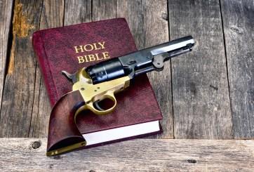 Iglesias entrenan y arman a feligreses debido a los tiroteos masivos