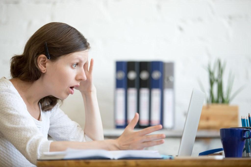 mujer impresionada viendo pantalla