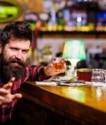 hombre en un bar