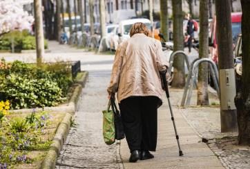 VIDEO: Buscan a hombre que empujó a ancianita de 92 años en la calle