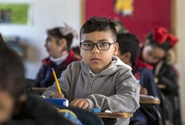 Maestra humilla a niño afeitando su cabeza frente a toda la escuela