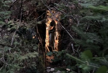 Pedófilo fugitivo se escondió 3 años en un búnker secreto en el bosque