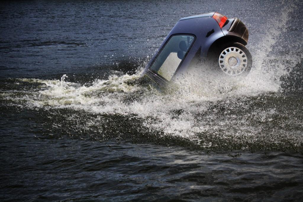 carro cayendo al agua