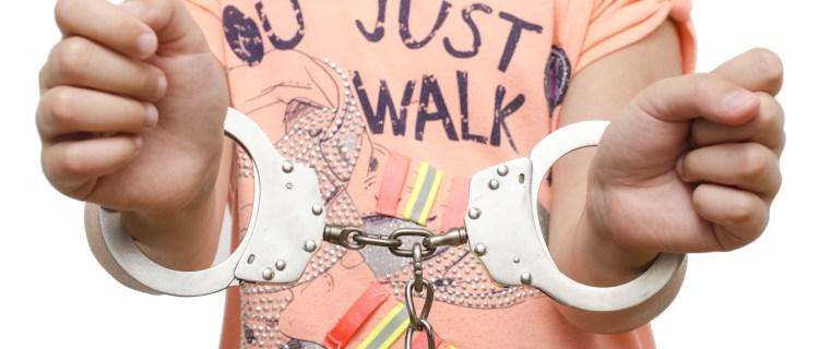 Arrestan a pequeña de 6 años por hacer un berrinche en su escuela