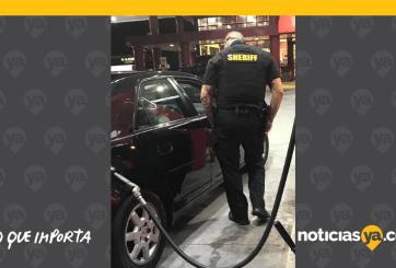 FOTO: Policía paga gasolina de mujer discapacitada que no tenía dinero