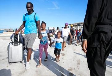 Bajan de ferry a evacuados de Bahamas que no tenían visa de EE.UU.