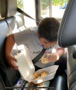 """Niño hispano es """"humillado"""" por no tener dinero para comprar comida"""