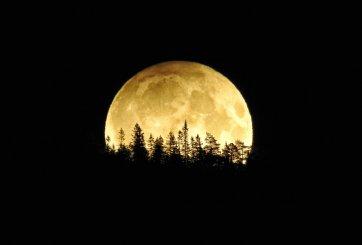 Este viernes 13 se podrá ver una extraña y brillante luna llena