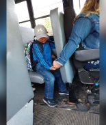 FOTO: Chofer de autobús escolar toma la mano de menor asustado