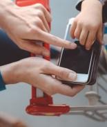 Mamá escribe carta a hombre que la criticó por usar celular en Costco
