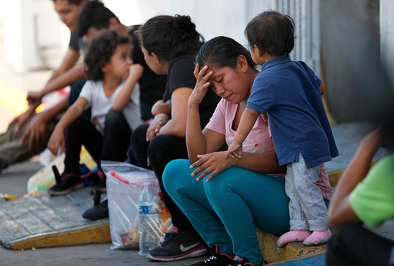 Foto de archivo del 16 de julio de 2019, los migrantes esperan en un centro de inmigración en el Puente Internacional 1, en Nuevo Laredo, México. Cortesía: KPBS.