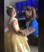 La tierna escena de pequeña y su perro imitando a «La Bella y la Bestia»