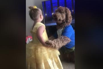 """La tierna escena de pequeña y su perro imitando a """"La Bella y la Bestia"""""""