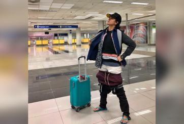 Usó toda la ropa de su maleta para no pagar equipaje extra en el avión