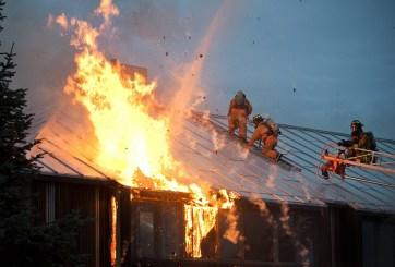 Pequeño avión chocó en vecindario de Florida e incendió una casa
