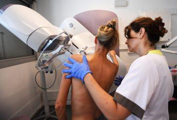 Periodista se hace una mamografía en vivo y es diagnosticada con cáncer