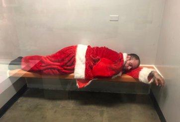 Roba traje de Santa Claus y termina siendo su uniforme en prisión