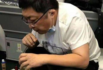 Doctor salvó a hombre en un avión succionando su orina por 37 minutos