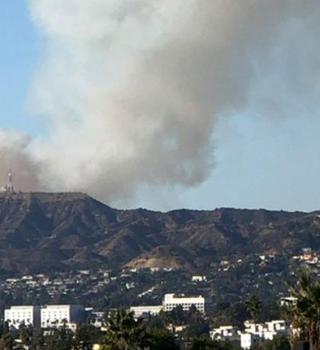 Evacúan Estudio Warner Bros por riesgo de un incendio forestal cercano