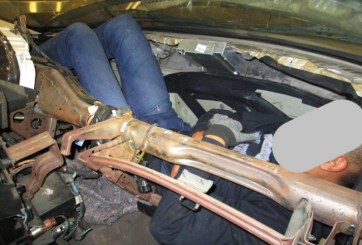 FOTOS: Joven intentó cruzar la frontera dentro del tablero de auto