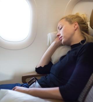 Arrestan a hombre por abusar de una mujer frente a su hija en un vuelo