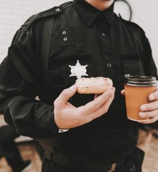 Policía recibió vaso de Starbucks con una etiqueta que decía 'PUERCO'
