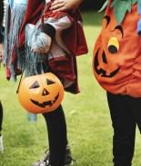 Pequeño es atropellado tras asustarse y correr a la calle en Halloween