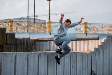 Mientras huía ladrón de 56 años saltó dos veces sobre pared de 12 pies
