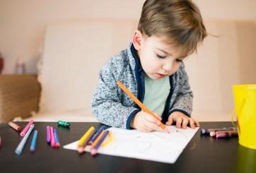 Contratan como muralista a pequeño que regañaron por dibujar en clases