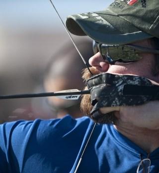 Policía busca a arquero que atacó indigentes con flechas en California