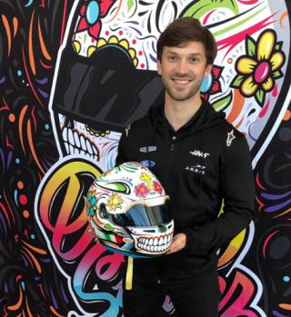 Piloto de NASCAR celebra el Día de Muertos con este original casco
