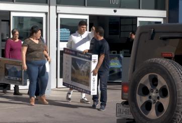 """Aprovechan fronterizos ofertas del """"Viernes Negro"""""""