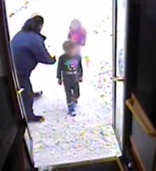 VIDEO: Chofer de autobús rescata a hermanitos solos en calle nevada