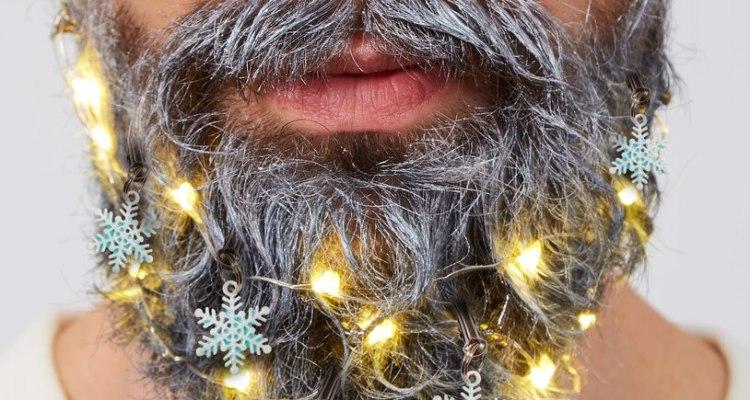 La nueva tendencia navideña: luces y esferas para adornar la barba