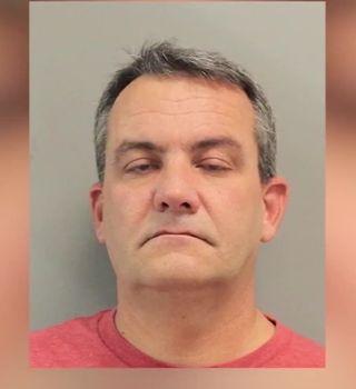 Arrestan a expolicía por ahorcar a un menor con una correa para perro