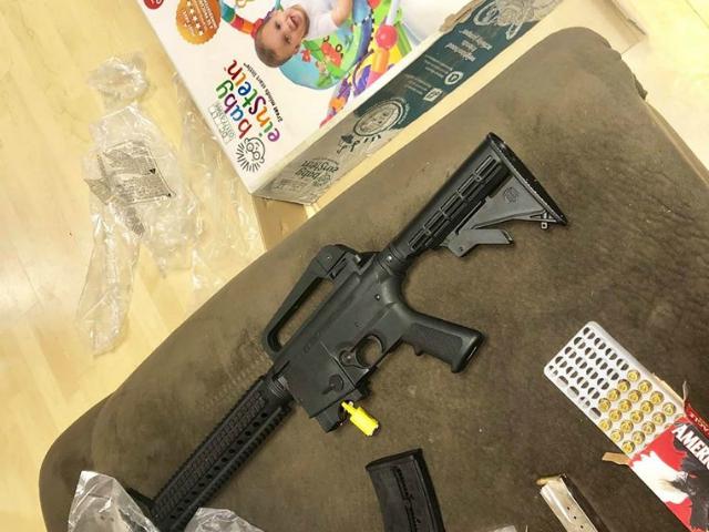 rifle en caja de baby bouncer