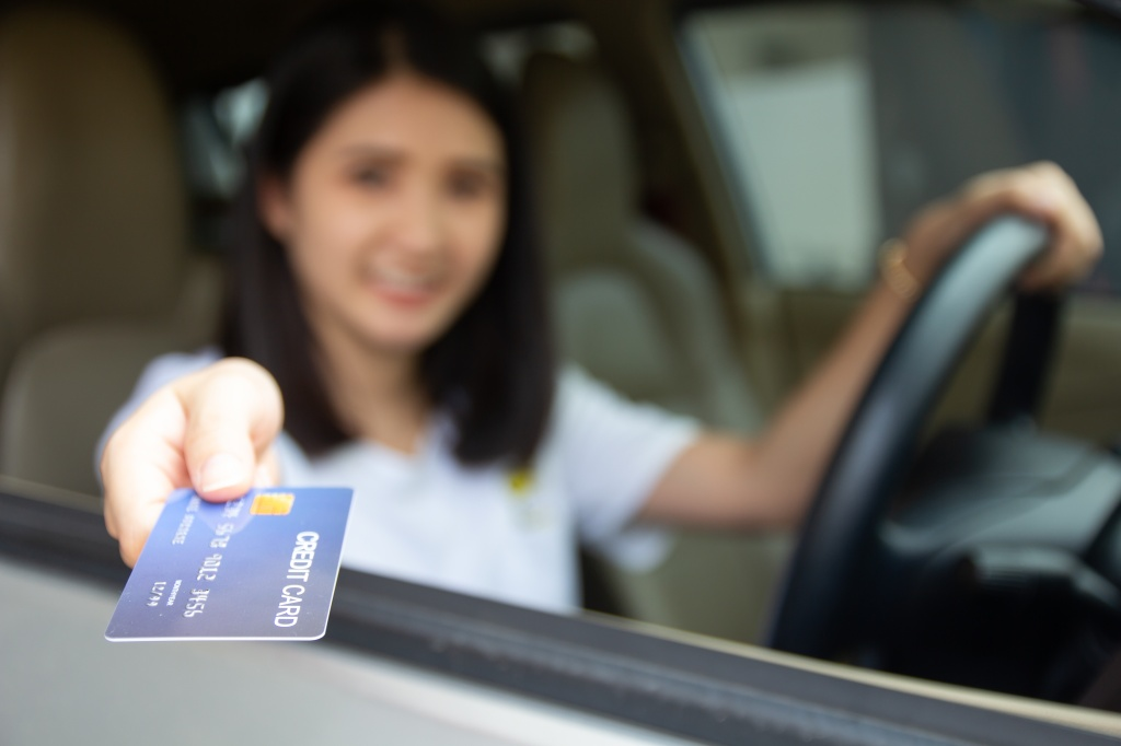 mujer tarjeta gasolinera