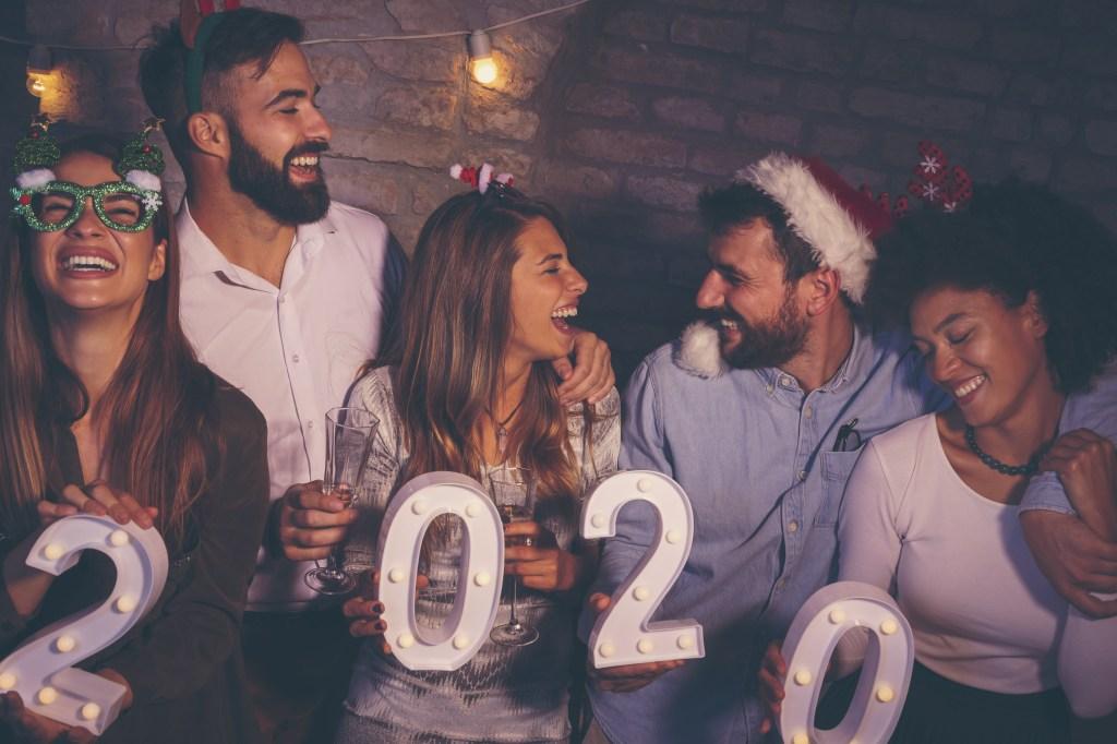 amigos festejando año nuevo