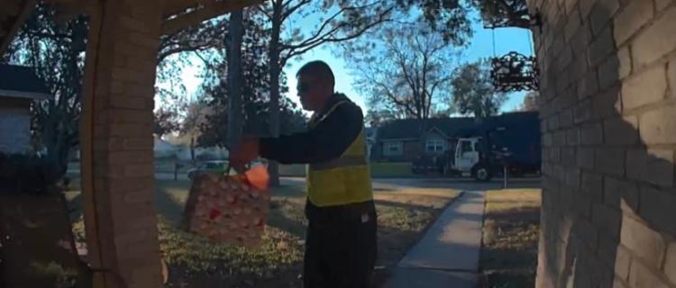 Hombre de camión de basura dejó regalo a pequeño que siempre lo saluda