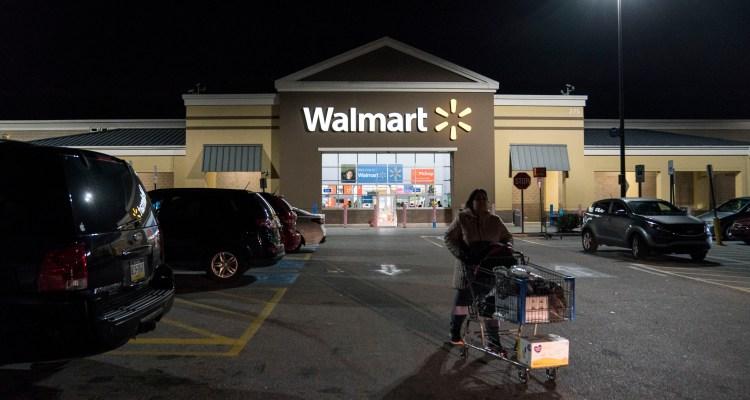Donaciones anónimas pagaron $70 mil en deudas de tiendas Walmart