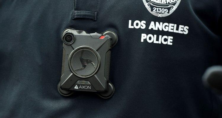 Cámara corporal capta a policía manoseando cadáver de mujer