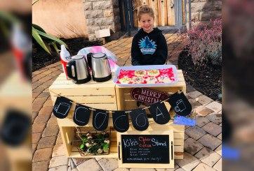 Pequeña vende chocolates y galletas para pagar almuerzos de estudiantes