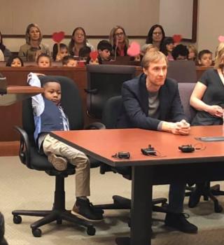 Pequeño invitó a todos sus amigos de kinder a su audiencia de adopción