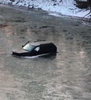 rescatan a hombre en río congelado